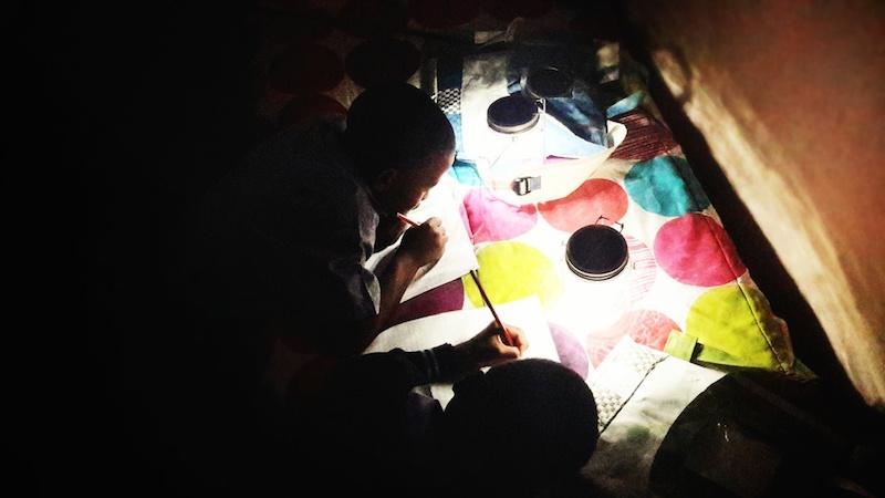 Mochila-armazena-energia-sol-transforma-luz-criancas-que-nao-tem-energia-eletrica-casa