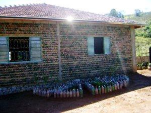 pedreiro-constroi-propria-casa-11-mil-garrafas-PET-2