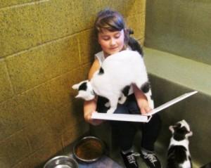 criancas-alfabetizacao-ler-animais-abandonados-2