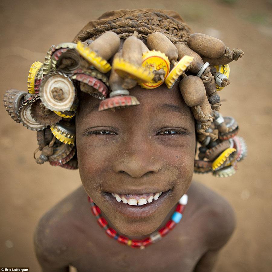 Tribo-Daasanach-tribo-africana-que-recicla-lixo-transforma-o-em-acessorios_03