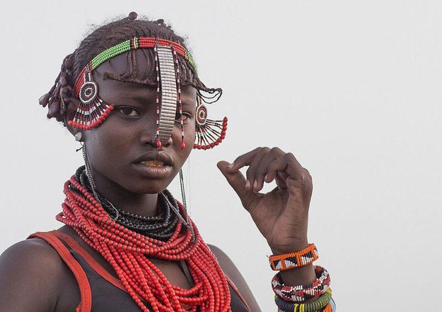 Tribo-Daasanach-tribo-africana-que-recicla-lixo-transforma-o-em-acessorios_08