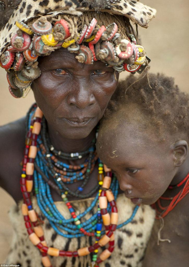 Tribo-Daasanach-tribo-africana-que-recicla-lixo-transforma-o-em-acessorios_09