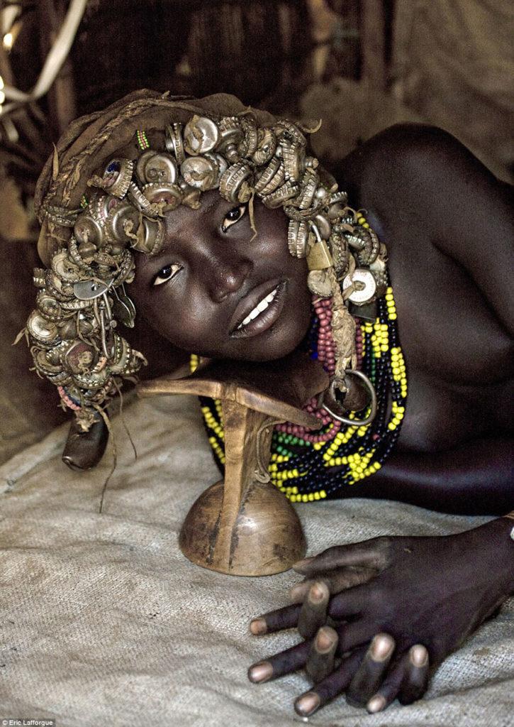 Tribo-Daasanach-tribo-africana-que-recicla-lixo-transforma-o-em-acessorios_10
