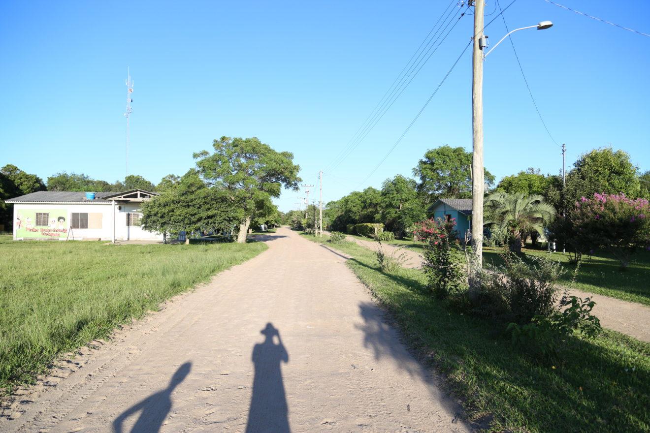 Nossa sombra na rua linda do assentamento Lagoa do Junco em Tapes :)
